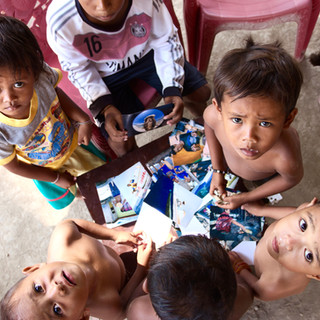 C'est notre dernier jour. Martin, de l'association Coral Guardian vient nous chercher pour nous remmener à Labuan Bajo sur Flores. C'est la fin de l'aventure. En venant nous chercher, il ramène des clichés développés de ces séjours au village, qu'il connaît bien. Une nuée d'enfants et de villageois se retrouvent alors sous la maison sur pilotis d'Awan et Dula. Ils sont fascinés par les clichés et rient en voyant les visages de leurs compères. Nous profitons de ces instants tous ensemble car nous savons que l'heure du départ est proche.