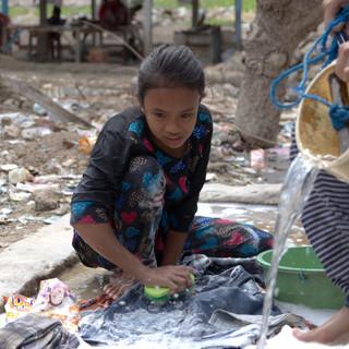 La lessive au puit. Les femmes s'y retrouvent aux heures les plus fraîches de la journée, le matin. Les filles aident aussi leurs mères dans cette tâche. Elles s'amusent de nous voir faire comme elles et nous apprennent.