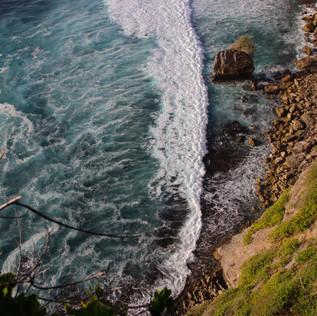 Depuis les falaises d'Uluwatu où les vagues viennent s'écraser.
