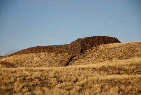 """Un """"heiau"""", ancien temple sur la côte ouest de Big Island.  On remarque de nombreuses similitudes avec les """"paepae"""" des Marquisiens. Ces temples qui avaient été détruits avec l'arrivée des missionnaires ont été en partie restauréss dans les années 60 au moment de la renaissance culturelle.  - North Kona -"""