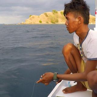 Rais après avoir accroché un poids et des hameçons à son fil de nylon, attend que ça morde... Avec cette technique, les pêcheurs peuvent ramener de 3 à 10 kilos de poisson par jour.