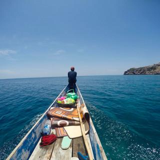 """Nous embarquons à bord de la jarangka, une pirogue à deux balanciers. Rais et Ilman avec leurs femmes et leurs enfants nous emmènent faire le tour de l'île. Awan nous a préparé un """"pique-nique"""". Il s'agit toujours de poisson et de riz, mais dans un grand tupperware isotherme !"""