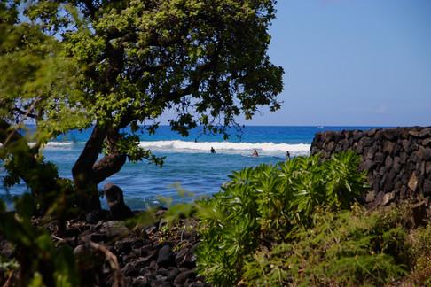 Spot de surf au Sud de Kona. À droite, on aperçoit un heiau dédié aux dieux des vagues (les Hawaïens surfaient déjà bien avant l'arrivée des missionnaires). - Kahalu'u Bay Beach Park -