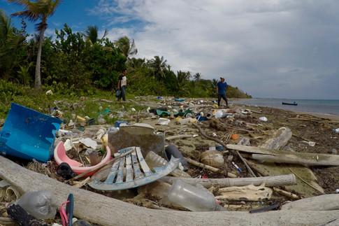 La gestion des déchets constitue un défi majeur pour les îles des San Blas. Ils sont jetés à la mer depuis les îles habitées, et par le jeu des courants marins, se retrouvent sur les plages du continent. La prise de conscience est récente dans ces îles. Les habitants ont toujours été habituées à consommer des produits naturels qu'ils pouvaient jeter sans se préoccuper de leur dégradation. Aujourd'hui, les déchets posent de grands problèmes et les habitants cherchent un moyen pour les traiter. Une initiative a déjà été mise en place à Ustupo : l'interdiction de l'usage des sacs plastiques dans les épiceries !