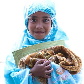 Je ne me souviens plus du prénom de cette petite fille, qui en rentrant de la Solat, la prière musulmane, est venu passer quelques temps avec nous à l'ombre, sous la maison sur pilotis, aux heures les plus chaudes de la journée.