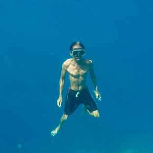 Dula, une des gardiens des coraux remonte des profondeurs. Il est allé trouver un bout de corail vivant non fixé sur le fond pour le fixer sur les tables de bouturage. Il peut descendre en apnée très profondément et assez longtemps.