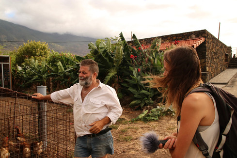 Rencontre avec Pedor, un des seuls producteurs biologiques de l'île et gérant d'une petite épicerie bio à Tigaday. Il nous fait visiter son jardin et nous explique comment il fait (et à quel point ça n'est pas si compliqué que ça de faire pousser des légumes et des fruits sans ajout de pesticides)