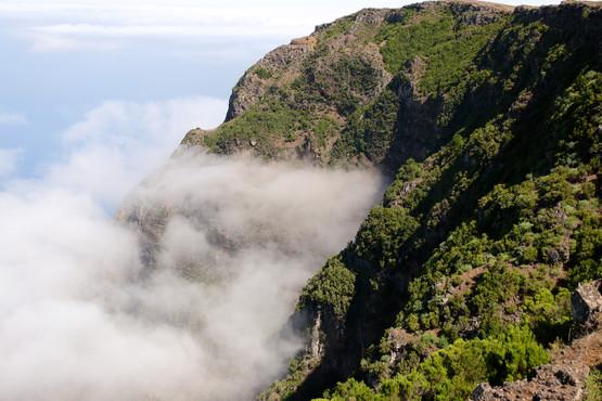 Les nuages se concentrent souvent au sommet des parois abruptes de la caldeira.
