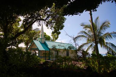 Comme partout dans le Pacifique, les temples ont été progressivement remplacés par les églises avec l'arrivée des missionnaires au 19ème siècle.   Ici, une petite église catholique sur la côte de Kona.
