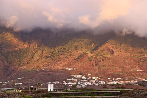 Dans l'immense caldeira d'El Golfo (12km de large, ses parois à pic atteignent 1500m d'altitude), le village Frontera concentre une grande partie de la population de l'île.