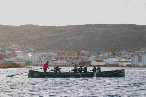 Une ancienne baleinière aux couleurs du Pays-Basque dans le port de St-Pierre, reconvertie en pirogue de course. C'est à bord des ses embarcations que la baleine était chassée.