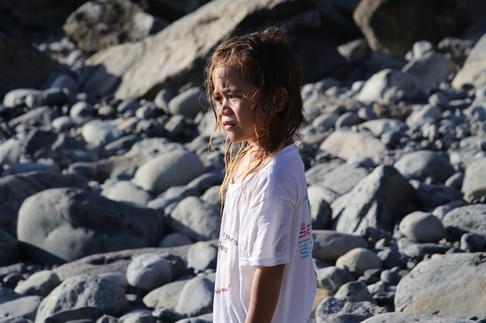 Un enfant d'Hakamaii scrupte l'horizon dans les lueurs du soleil couchant.