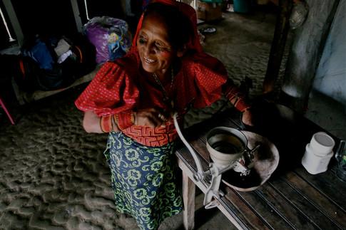 """Après avoir fait sécher et griller les fèves de cacao, une Kuna les broient en poudre pour préparer le """"kokoa"""", la boisson traditionnelle aux milles vertues."""