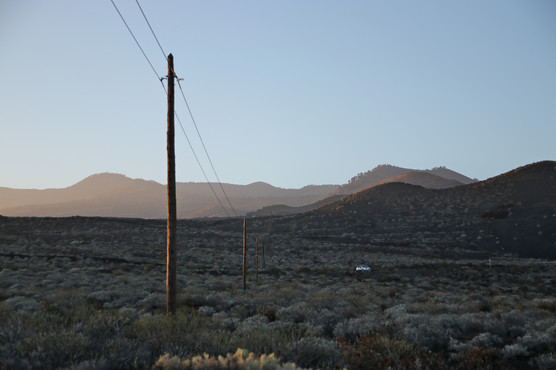 Sur la route de La Restiga. L'électricité qui passe dans ces fils au milieu du désert de cratères est produite grâce au vent.