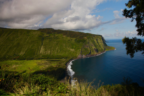 Waipi'o Valley - la vallée sacrée.  Cette vallée était la plus peuplée dans les temps anciens et fut le lieu de naissance du roi Kamehameha.   Les habitants y cultivaient les plantes natives et importées par les Polynésiens il y a 1300 ans après JC.   Elle a été progressivement abandonnée, notamment suite aux ravages causés par le tsunami de 1946.  Elle est aujourd'hui préservée et certains Hawaïens retournent y faire des offrandes sur les vestiges des temples polynésiens.
