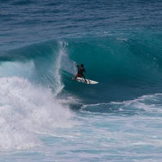 Une des fameuses gauches du spot d'Uluwatu. Les grosses houles à cette période sont très fréquentes. Le récif affleure à cet endroit, et seuls les surfeurs habitués s'aventurent jusqu'au pic.