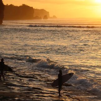 Dans le Sud de Bali, sur la presqu'île de Bukit, les surfeurs restent à l'eau jusqu'aux dernières lueurs du jour. Les conditions y sont si parfaites que la région vit du tourisme de masse lié à la pratique du surf.