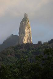 Poumaka, le pic à deux têtes. La légende dit qu'il représente le plus grand guerrier de l'archipel ayant détroné tous les autres guerriers, tous les autres pics.  Géologiquement parlant, c'est une structure phonolitique. Il s'agit de la cheminée de lave qui avait été poussée vers le haut il y a bien longtemps. Toute la roche autour a été grignotée par l'érosion, ne laissant que cette aiguille majestueuse.