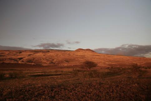Traversée des plaines centrales au coucher du soleil. Cette immensité aride s'étend à l'infini et prend des teintes dorées à cette heure de la journée.