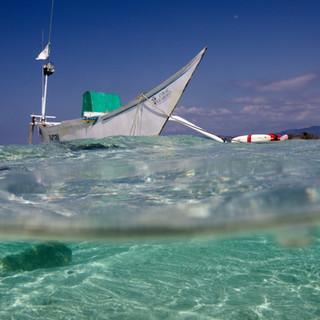 Le bateau de Dula amarré sur l'ile d'Hatamin.