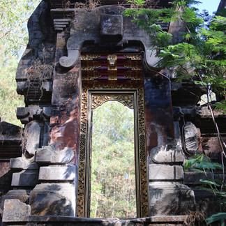 En redescendant du Mont Batur, nous découvrons un temple recouvert de végétation, épargné par les précédentes laves et cendres.