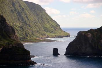 Située au milieu de l'Atlantique Nord, l'île de Flores est la plus isolée de l'archipel des Açores. Ses eaux ont été le terrain de jeu de pirates en tous genres qui pillaient les bateaux de marchandises à leur retour du Nouveau Monde. Ils n'hésitaient pas non plus à piller les fermes et les villages de l'île pour se ravitailler.