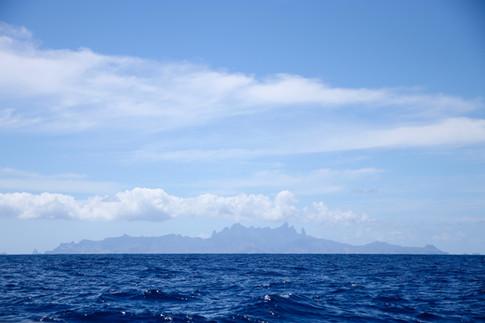 Terre en vue ! Ua'Pou !  Nous imaginons l'excitation des navigateurs qui, après des semaines, voire des mois en mer, pouvaient apercevoir cette masse noire sur la ligne d'horizon comme la promesse d'une nouvelle histoire à écrire.