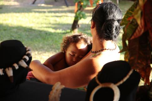 Une femme et son enfant, derrière le stand d'artisanat.