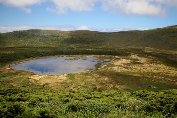 Les hauteurs de l'île sont inhabitées, on croise de nombreux cratères de volcans éteints, qui font office de réservoirs naturels d'eau douce.