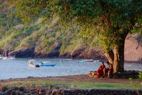 Dans la baie de Vaitahu, le calme et la sérénité règnent, juste avant les premières festivités de la soirée.