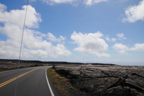 Une route traverse un champ de lave dans le parc national des volcans d'Hawaii. - - Crater Rim Drive -