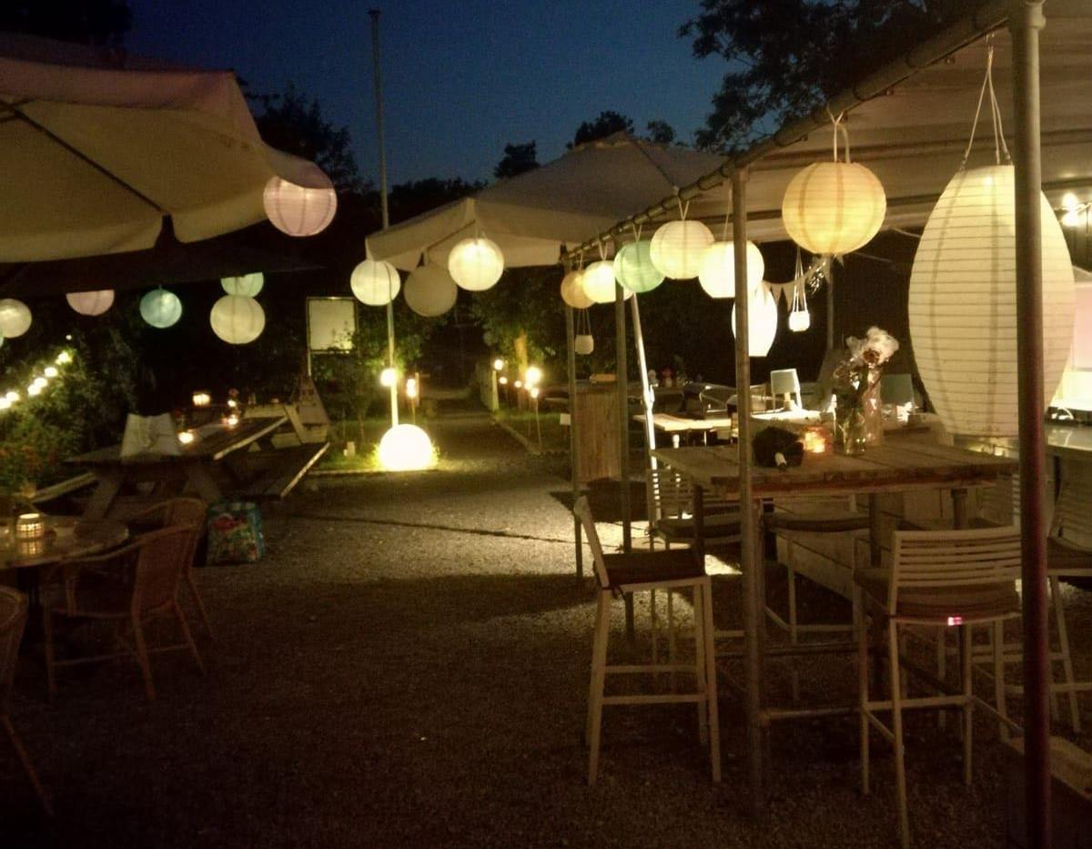 ook 's avonds nog lekker op het terras bij Más Mik