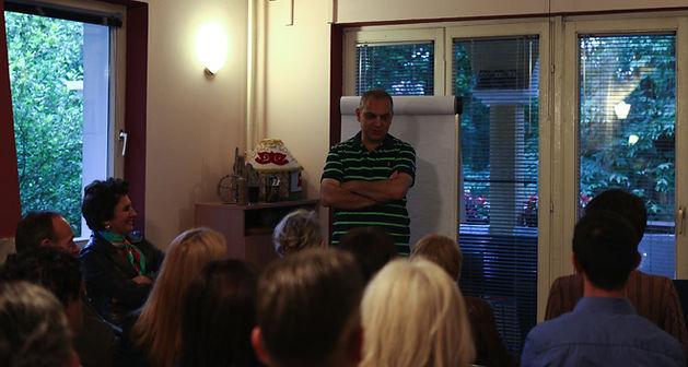 Ruben Papian na predavanju o veri. Lekcija se održala u Beogradu i jedna je od mnogih koje je Ruben održao za ljude koji žele da nauče nešto novo, da preispitaju stara ubeđenja i koji vole što se posle svakog ovakgvog okupljanja osećaju veoma pozitivno i ispunjeno.