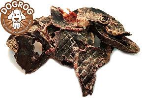 Говяжье сушёное сердце содержит большое количество железа и магния, которые способствует улучшению работы сердца собаки. Это низкокалорийный и легкоусвояемый продукт. Сушеное говяжье сердце- это абсолютно натуральный продукт, изготовленный из мяса высшего качества, не содержит искусственных красителей и ароматизаторов. Сушеное сердцеидеально подходит в качестве повседневного лакомства и поощрения при дрессировке, а благодаря высокому содержанию белка способствует быстрому утолению голода и восполнению сил во время длительных прогулок. Рекомендуется для собак всех пород и возрастов, особенно для собак с возрастными изменениями зубочелюстного аппарата и с неполной зубной формулой.