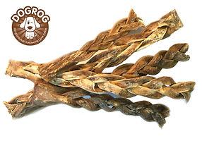 КОСИЧКА ИЗ КОЖИ оленя сушёная. Идеально подходит для ВСЕХ пород собак. Косичка из кожи северного оленя - натуральное, гипоаллергенное и полезное лакомство. Косичка из кожи оленясодержит в себе большое количество фосфора и кальция, что делает её очень полезным продуктом. Элементы, содержащиеся в коже оленя необходимы для того, чтобы шерсть, костные и хрящевые ткани всегда были в здоровомсостоянии. Сушёная кожа оленя насыщена минеральными веществами, такими как:железо, калий, фосфор, натрий, кальций, магний, богата витаминами РР, Е, А, В1,В2,липидами и экстрактивными веществами. Побалуйте своего питомца полезным и натуральным лакомством. Рекомендовано для собак всехпород с 1,5 - 2 месячного возраста. Dogrog