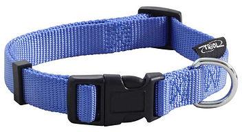 Регулируемый ошейник из прочного нейлона с удобной застежкой. Металлическое кольцо для поводка расположено сбоку от застежки. Подходит для собак средних и крупных пород. Размер L: 450-680 (длина) х 25 (ширина) мм. Цвет: синий, застежка черная.