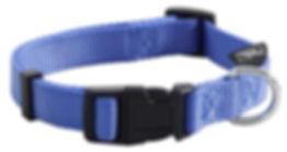 Регулируемый ошейник из прочного нейлона с удобной застежкой. Металлическое кольцо для поводка расположено сбоку от застежки. Подходит для собак мелких пород. Размер S: 270-370 (длина) х 15 (ширина) мм. Цвет: синий, застежка черная.