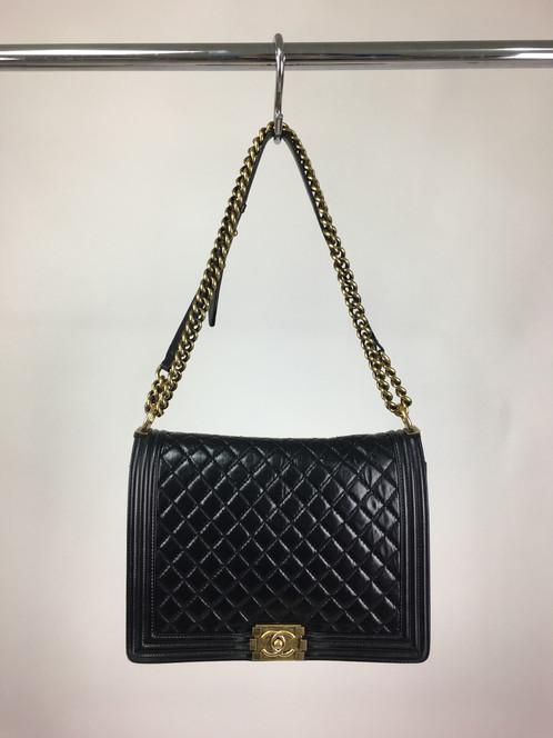 b8494c519 Bolsa Chanel Boy Preta Original confeccionada em couro calfskin com  acabamento em matelassê. Possui modelagem retangular, alça dupla de ombro  em corrente, ...