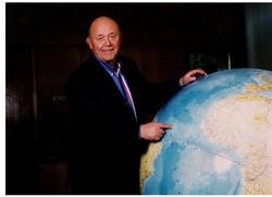 Senkevich s globusom v kabinete