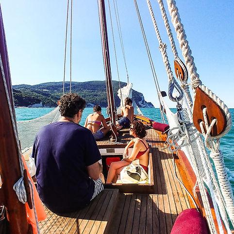 A family boat tour in the Riviera del Coero