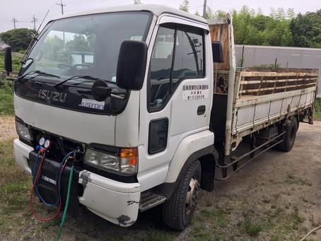 小型移動式クレーン車と運搬車の2台の施工