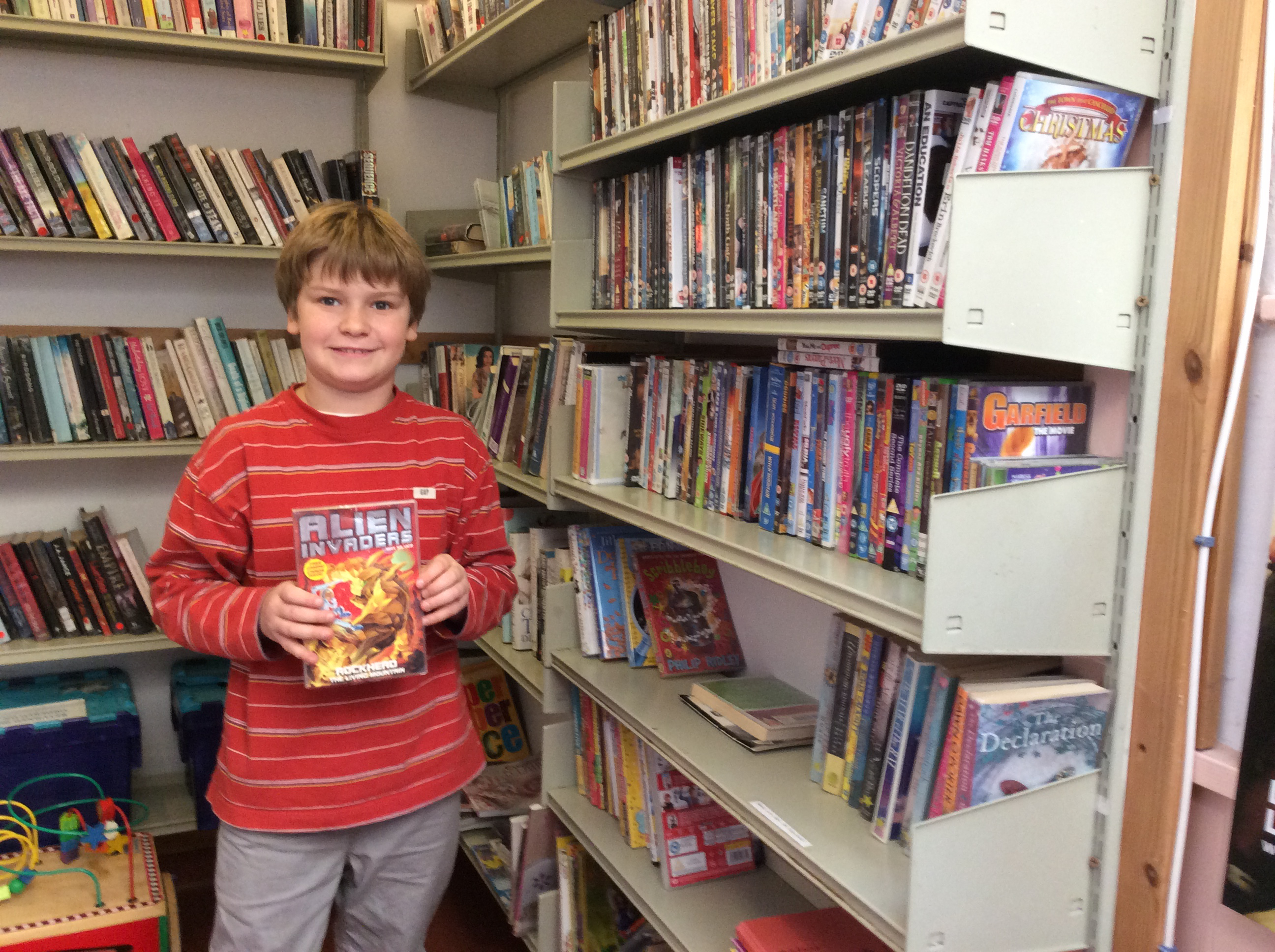 boy_in_library