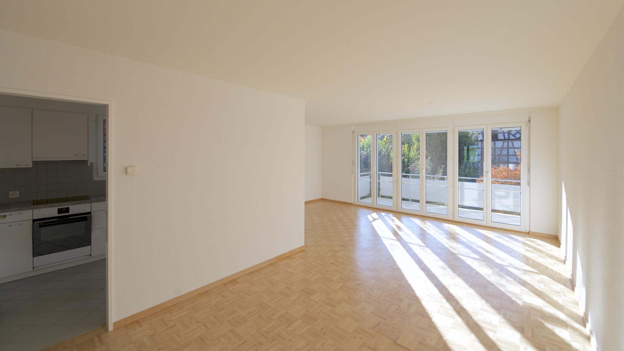 Essbereich mit der Küche links, und dem balkon