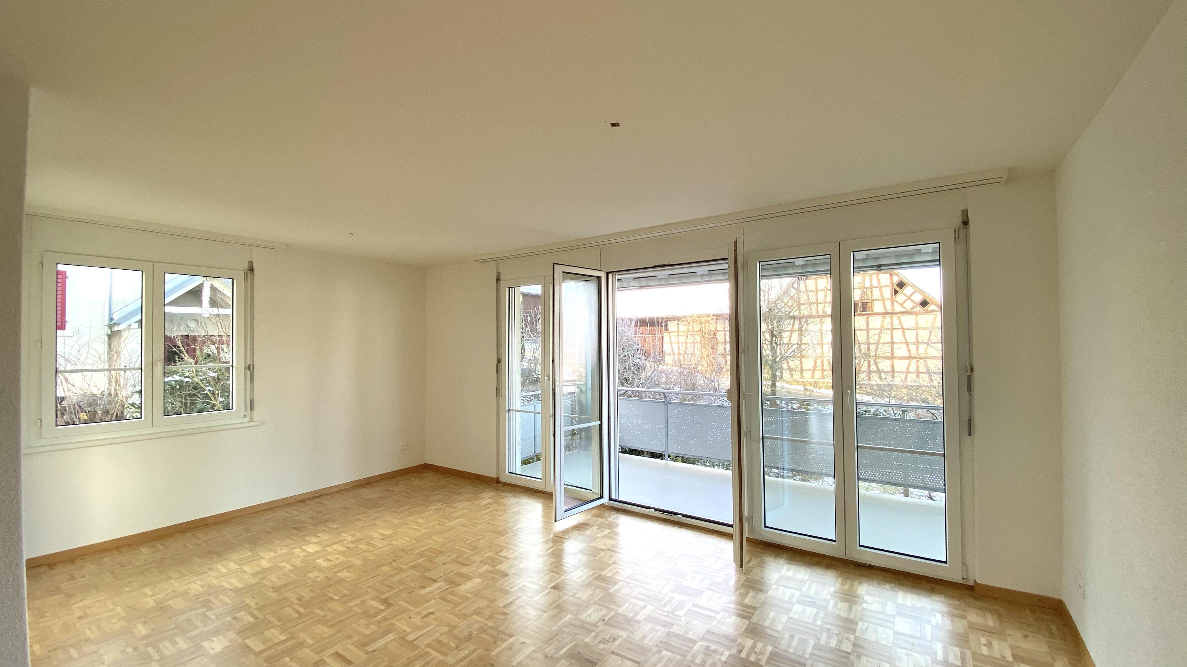 Wohnzimmer mit dem gedeckten Balkon