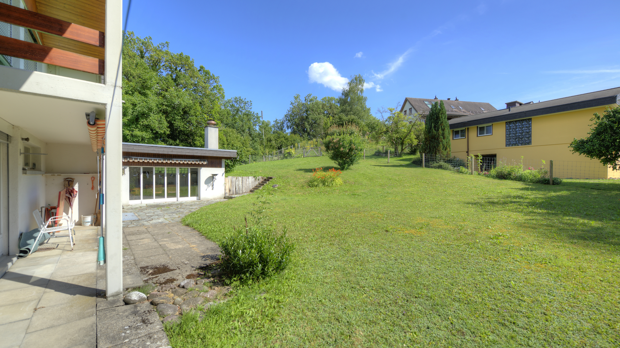 Sitzplatz mit Wiese und Gartenhaus
