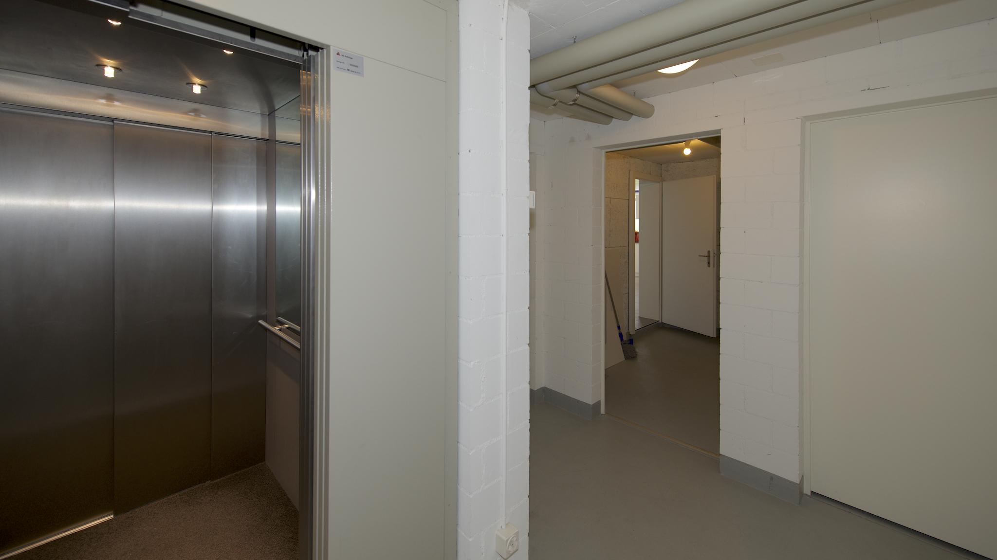 """Lift mit dem Blick zum """"Keller-Raum"""", Treppenloser Zugang"""