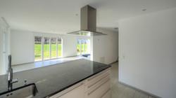 Blick von der Küche in den Wohn- Essbereich