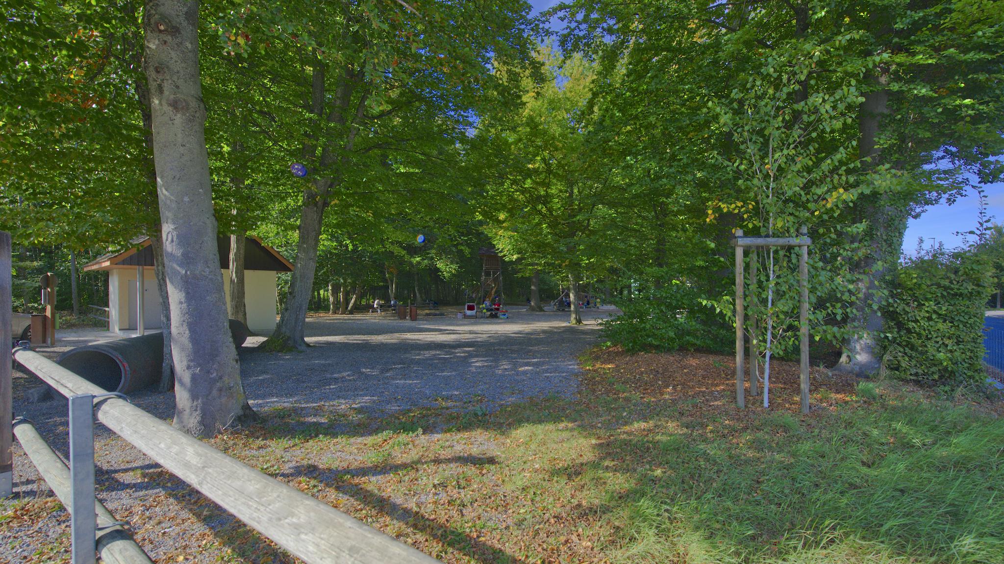 Der angrenzende Wald mit dem Spielplatz