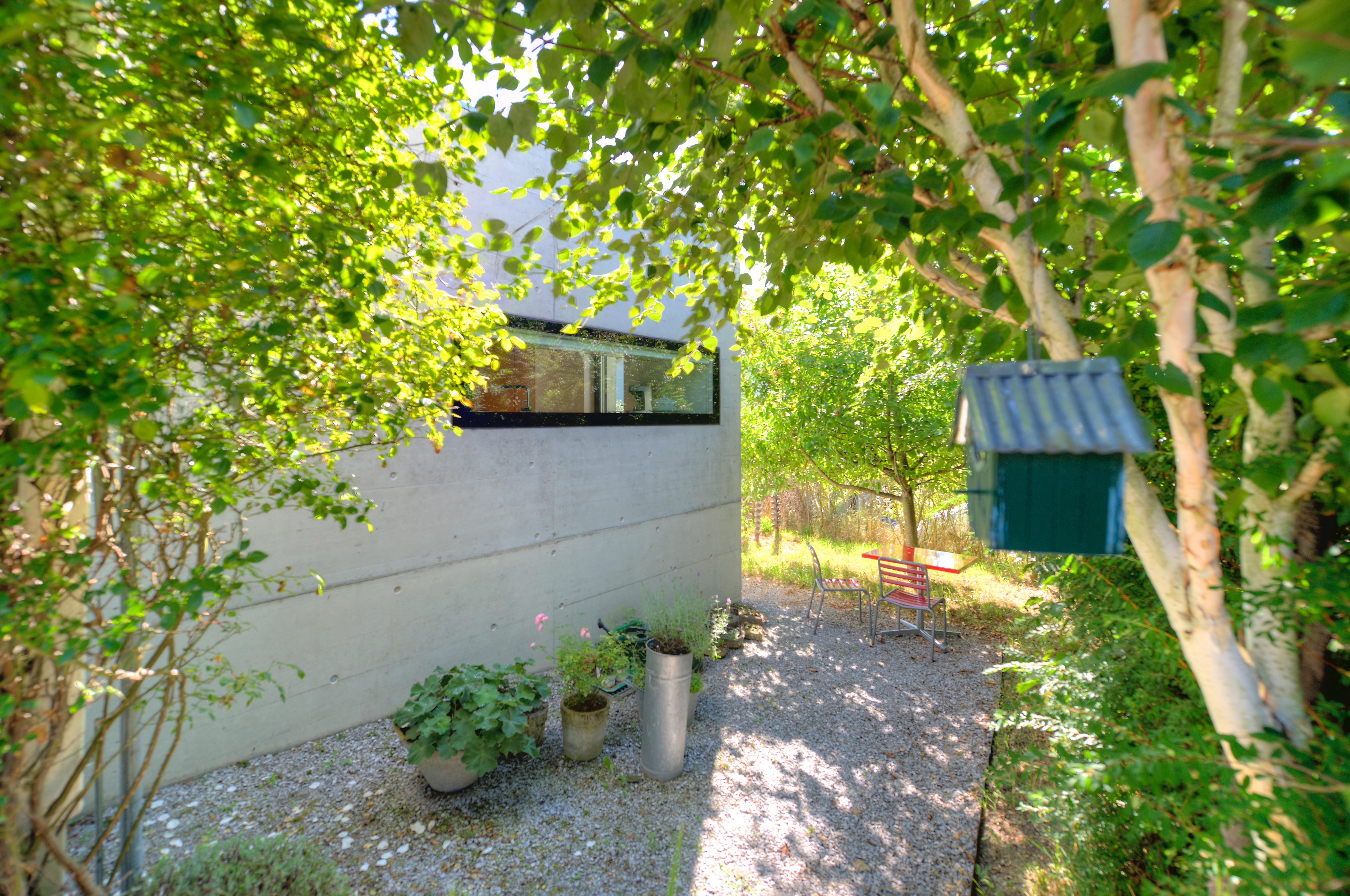 """Der moderne Anbau mit dem grossen """"rahmenlosen"""" Küchenfenster"""