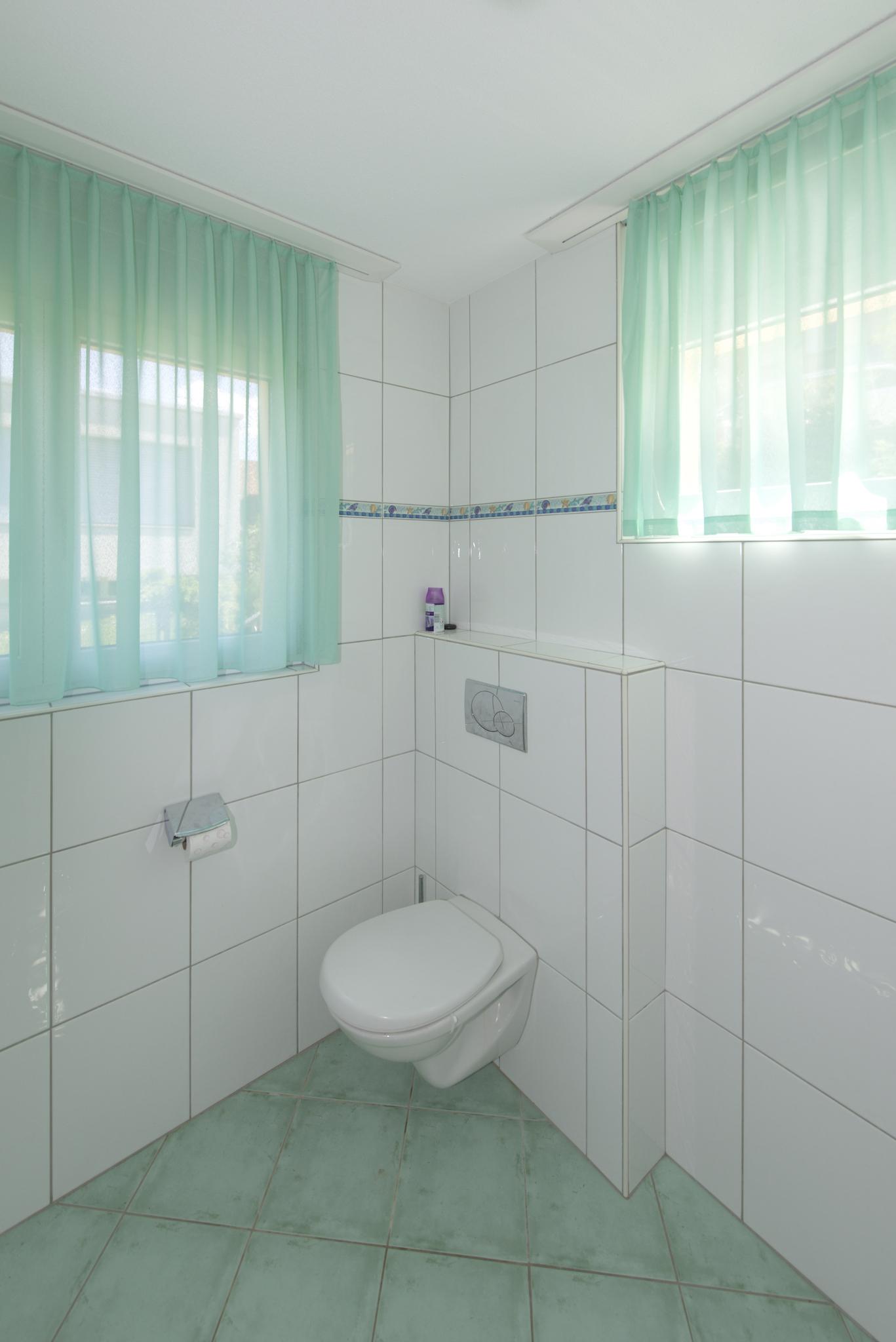 Das Gäste-WC mit der Dusche